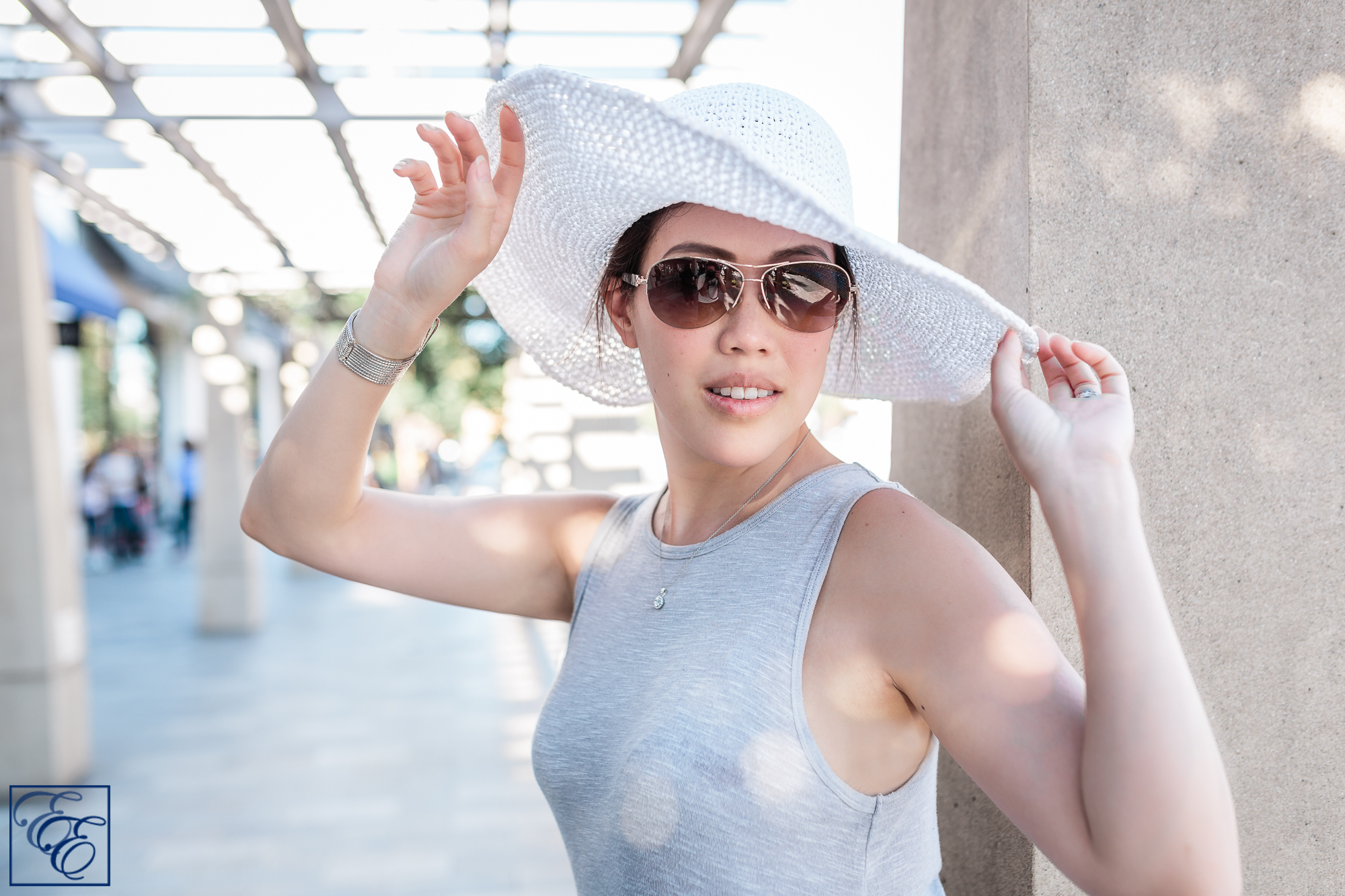 Post-pregnancy new mom style: loosely-flowing dress, wide-brimmed sunhat and sunglasses
